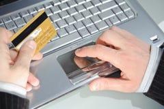 кредит карточки вручает тетрадь s человека Стоковая Фотография RF