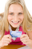 кредит карточки держа женщину домашней покупкы молодой Стоковая Фотография