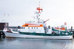 Крейсер кабины причаленный в гавани стоковое фото rf