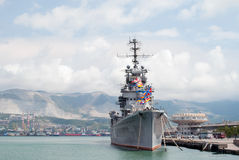 Крейсер Mikhail Kutuzov артиллерии в порте Novorossiysk Стоковые Изображения RF