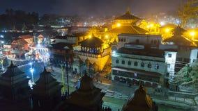 Кремация в Pashupatinath Катманду Индусский ритуал кремации в виске на ноче, Непале Pashupatinath акции видеоматериалы