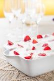 Кремовый пирог и клубники стоковые изображения rf