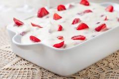 Кремовый пирог и клубники стоковое изображение