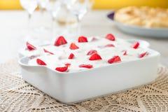 Кремовый пирог и клубники Стоковая Фотография RF