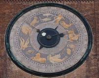 Кремона, Италия, взгляд старой башни городского центра и больших солнечных часов Стоковое Фото