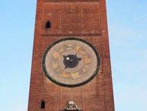 Кремона, Италия, взгляд старой башни городского центра и больших солнечных часов Стоковое фото RF