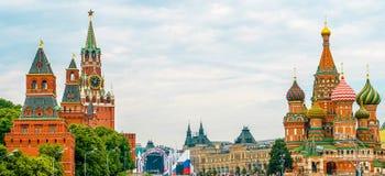 Кремль и собор базилика St на красной площади Стоковые Изображения