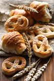 Крендели и различные продукты хлебопекарни Стоковое фото RF