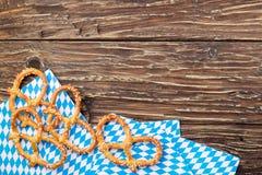 Крендели на салфетке на деревянном столе Баварское oktoberfest pretz Стоковые Изображения RF