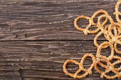 Крендели с семенами сезама на деревянном столе Стоковая Фотография RF