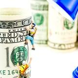 100 кренов доллара и 2 миниатюрных альпиниста Стоковое Изображение