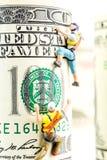 100 кренов доллара и 2 миниатюрных альпиниста Стоковое Изображение RF