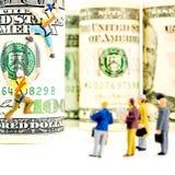 100 кренов доллара и 2 миниатюрных альпиниста Стоковые Изображения RF