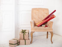 Крены бумаги и обернутые подарочные коробки как подарки на рождество на ch Стоковая Фотография