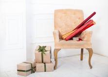 Крены бумаги и обернутые подарочные коробки как подарки на рождество на ch Стоковое фото RF