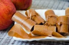 Крены бумаги циннамона Яблока тонкие на белом блюде Стоковые Изображения RF