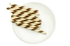 крены вафли заполнили с смесью шоколада на белой плите Стоковая Фотография RF