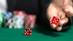 Крены игрока dices на зеленой таблице Стоковое фото RF