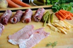 Крены мяса свинины с подготовленными картошками и овощами с листьями салата стоковые изображения rf