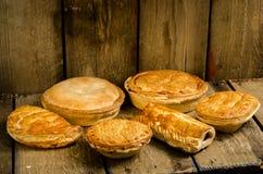 Крены пирогов, Pasties и сосиски стоковое изображение rf