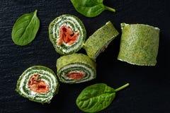 Крены шпината с копчеными семгами и плавленым сыром стоковая фотография rf