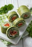 Крены шпината с копчеными семгами и плавленым сыром стоковое изображение rf