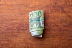 Крен 100 банкнот евро на древесине Стоковые Изображения RF