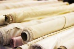 Крен белой ткани для резать Rolls светлой ткани стоковые изображения