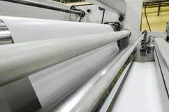 Крен бумаги идет быстро среди роликов Стоковые Фотографии RF