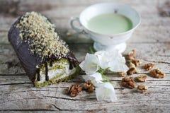 Крен зеленого чая Matcha швейцарский с взбитой сливк с грецкими орехами Стоковая Фотография