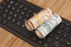 Крен индийских примечаний рупии валюты на клавиатуре компьютера Стоковое Фото