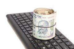 Крен индийских примечаний рупии валюты на клавиатуре компьютера Стоковое фото RF