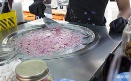 Крен мороженого Органическое, естественное свернутое мороженое, ручной работы десерт очень вкусные ягоды Стоковые Изображения