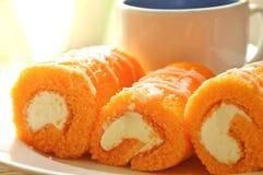 Крен оранжевого варенья заполнил сливк и кофе на блюде Стоковое Изображение