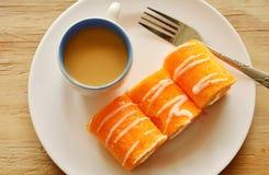 Крен оранжевого варенья заполнил сливк и кофе на блюде Стоковые Фото