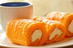 Крен оранжевого варенья заполнил сливк и кофе на блюде Стоковые Изображения RF