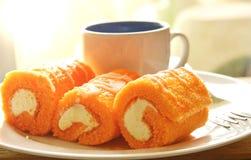 Крен оранжевого варенья заполнил сливк и кофе на блюде Стоковые Изображения