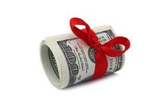 Крен 100 долларовых банкнот связанных с красной лентой Стоковое Изображение RF