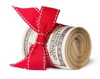 Крен 100 долларовых банкнот связанных с красной лентой Стоковые Изображения