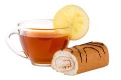 Крен печенья при чашка чаю изолированная на белом крупном плане предпосылки Стоковые Фото