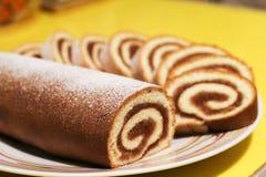 Крен печенья с вареньем яблока на желтой предпосылке стоковые фото