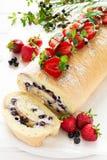 Крен печенья с сливк и голубиками mascarpone украсил клубники, голубики и листья мяты Стоковое Изображение