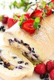 Крен печенья с сливк и голубиками mascarpone украсил клубники, голубики и листья мяты Стоковая Фотография RF