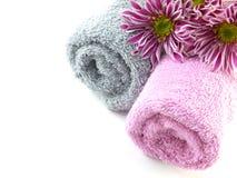 Крен полотенца и розовых цветков хризантем Стоковые Изображения RF