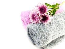 Крен полотенца и хризантемы украшают дырочками цветки на белой предпосылке Стоковое фото RF