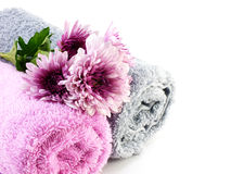 Крен полотенца и хризантемы украшают дырочками цветки на белой предпосылке Стоковая Фотография RF