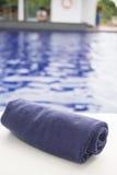 Крен полотенца на sunbeds на бассейне Стоковое фото RF