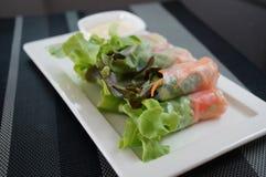 Крен салата на белом блюде Стоковое Изображение RF