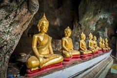 Крен статуи Будды в пещере Стоковая Фотография