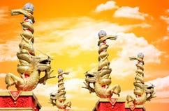 Крен статуи дракона колонка с небом захода солнца Стоковые Фото